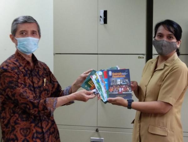 Penyerahan Bahan Pustaka Karya Cetak Dari Lembaga Mitra Mekar Berkarya