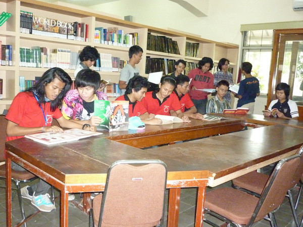 KOLEKSI 9.000 JUDUL BUKU: Perpustakaan SMA Kolese De Brito Juara